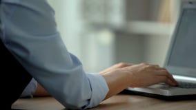 关闭研究膝上型计算机的女性秘书在办公室,重要项目 库存照片