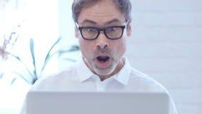 关闭研究膝上型计算机的震动的中间年迈的人 股票视频