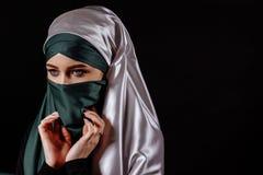 关闭离开她的hijab的穆斯林画象  免版税库存图片