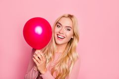 关闭秀丽画象,有红色气球的逗人喜爱的女孩笑在桃红色背景, birthda的美丽的愉快的少妇的 免版税库存照片