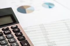 关闭私人预算的计算器和文件 财务管理概念 库存图片