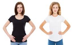 关闭空白的白色和黑T恤杉的妇女 假装在白色隔绝的T恤杉 时髦的T恤杉的女孩 库存图片