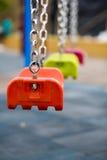 关闭空的摇摆在儿童游戏区域在公园 库存图片