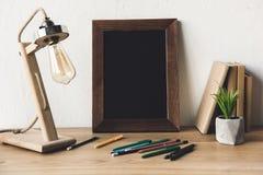 关闭空的照片框架、台灯和办公用品看法  免版税库存图片