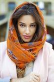 关闭穿一条顶头围巾的一个回教少妇的画象 库存图片