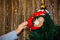 关闭穿戴与自创12月的手圣诞树 库存照片