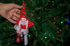 关闭穿戴与自创12月的手圣诞树 库存图片