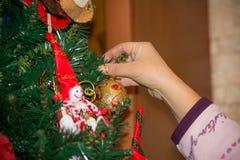 关闭穿戴与自创12月的手圣诞树 免版税库存图片