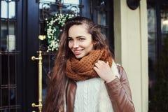 关闭穿时髦的衣裳的年轻美丽的时兴的夫人画象摆在街道 在旁边查找设计 免版税库存照片