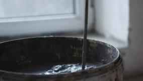 关闭突然上升了一个桶水泥,工作者混合松散料和水生产水泥 股票视频