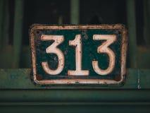 关闭突然上升了与绿色和白色陈列313的一个门数字 库存照片