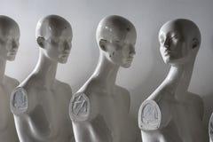 关闭站立在线的塑料妇女时装模特 免版税库存图片
