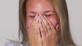 关闭笑年轻白肤金发的妇女画象-演播室射击 股票视频