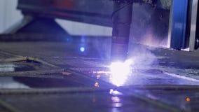关闭等离子切削刀 等离子机器人工业设备与metall板料一起使用 影视素材
