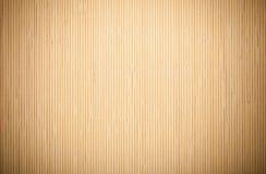 关闭米黄棕色竹席子镶边的背景纹理样式 免版税库存照片