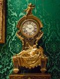 关闭精妙的法国18世纪时钟有华丽背景 免版税库存图片