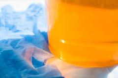 关闭糖酱或蜡蜂蜜去除与蓝色手套的头发的-去壳和秀丽概念 库存图片