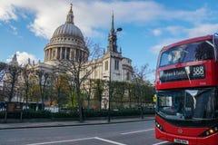 关闭红色伦敦公共汽车388中止在圣保罗大教堂 免版税库存图片