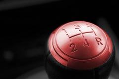 关闭红色变速杆的看法,手工传动箱,汽车内部细节 免版税图库摄影