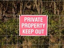 关闭红色和白色国家标志私有财产保持  图库摄影