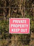 关闭红色和白色国家标志私有财产保持  免版税库存照片