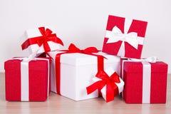 关闭红色和白色当前箱子 库存照片
