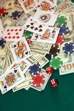 关闭纸牌、模子、芯片和现金在绿色赌博娱乐场 免版税库存照片