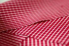 关闭纹理与衬衣空白线路的织品红色  免版税图库摄影