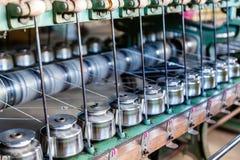 关闭纺织工业在纺丝机的毛线短管轴在F 免版税库存图片