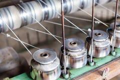 关闭纺织工业在纺丝机的毛线短管轴在F 库存照片