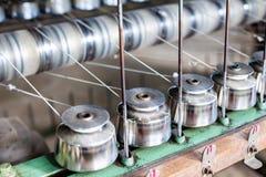 关闭纺织工业在纺丝机的毛线短管轴在F 免版税库存照片