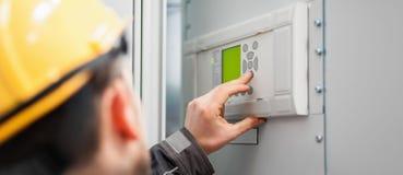 关闭维护工程师测试电压互换机 免版税库存照片