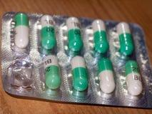 关闭绿色和白色三氮烷painkil箔小包细节  免版税库存图片
