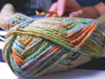 关闭编织的爱好的五颜六色的毛线 免版税库存照片
