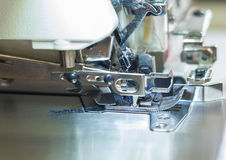 关闭缝纫机,做stitiches和织品的针按 免版税库存照片