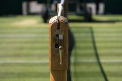 关闭网和机制和很好被修剪的草网球场在Wimbledon,被拍摄在2018个冠军期间 免版税库存图片