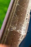 关闭网被盖的弯曲的细长立柱看法  免版税库存照片