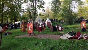 关闭罗马军团的士兵争斗的演出的历史重建在博物馆底部在亚历山大公园 股票录像