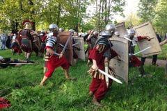 关闭罗马军团的士兵争斗的演出的历史重建在博物馆底部在亚历山大公园 免版税库存照片