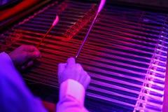 关闭罗马尼亚洋琴用手和锤子 免版税图库摄影