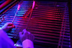 关闭罗马尼亚洋琴用手和锤子 免版税库存照片
