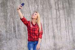 关闭美丽的华美的惊人的正面有吸引力的相当逗人喜爱的可爱的快乐的愉快的微笑的青少年的年龄女孩扭角羚画象  免版税图库摄影