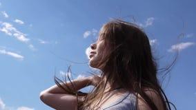 关闭美丽的女孩画象有吹的头发的在风 股票视频