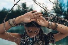 关闭美丽的少妇户外 巫婆工艺概念 免版税库存照片