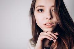 关闭美丽的少妇画象白色背景的 水平, copyspace 青年和皮肤Care.Beauty画象妇女 库存图片