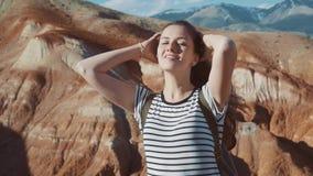 关闭美丽的少妇画象本质上与吹在风的深色的头发的看山景远足者 股票录像