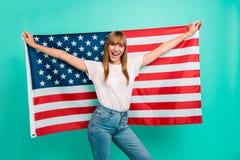 关闭美丽的照片她举行传播大美国国旗叫喊的欢乐心情疯狂无忧无虑的她的夫人武装的手 库存图片