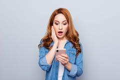关闭美丽的照片她她的卷曲狡猾的夫人武装的手电话读者新闻检查instagram追随者图片 库存照片