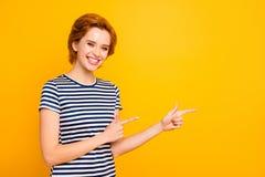 关闭美丽的照片她她的表明空的空间的夫人手胳膊手指劝告买买家卖新产品穿戴 库存图片