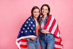 关闭美丽的照片她欢乐肩膀报道美国美国国旗庆祝的她的姐妹模型夫人 免版税库存图片